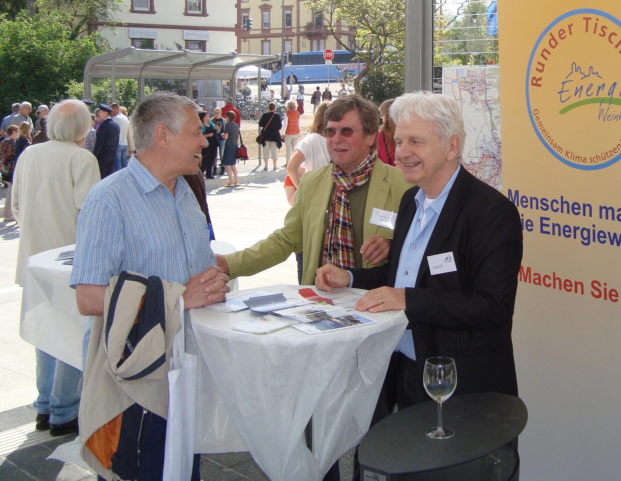 Dr. Boguslawski und E.Pfisterer vom RTE im Gespräch mit einem Bürger